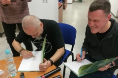 Twórcy podpisują książki